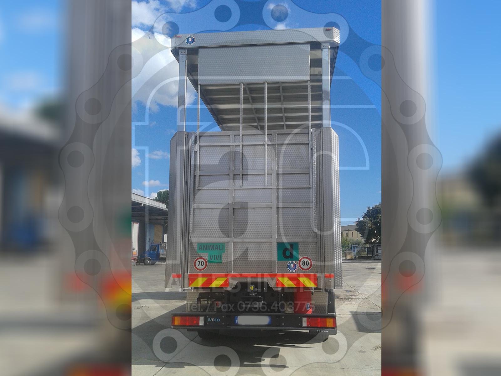 Realizzazione di camion per trasporto animali vivi 15