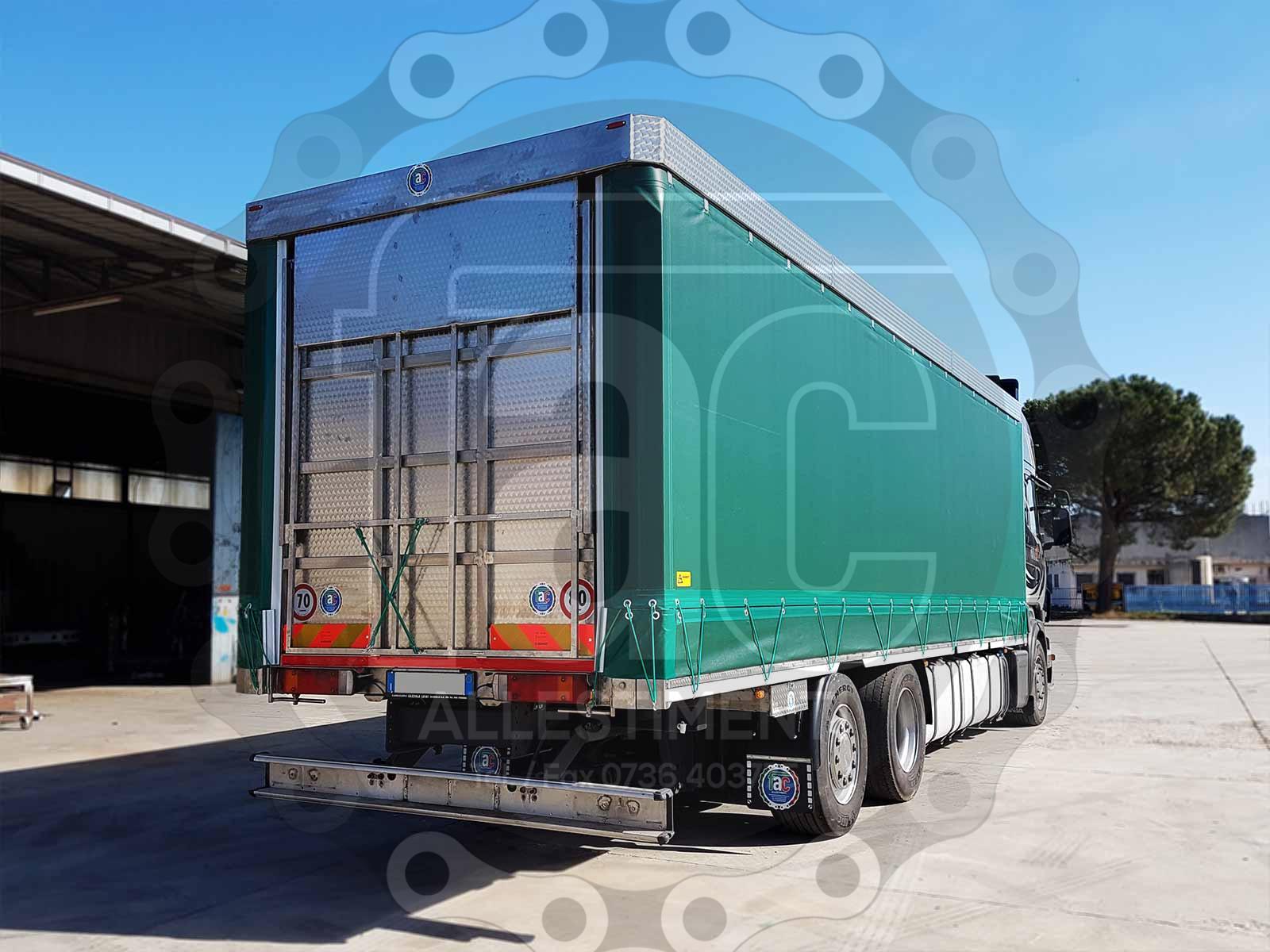 Realizzazione di camion per trasporto animali vivi 17